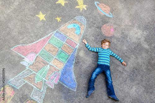 little kid boy flying by a space shuttle chalks picture stockfotos und lizenzfreie bilder auf. Black Bedroom Furniture Sets. Home Design Ideas
