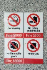 Verbotsschilder in Singapurs Metro