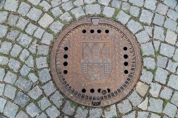 Schachtdeckel / Gullideckel in Prag in der Tschechischen Republik