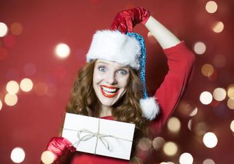 Frau mit Weihnachtspost
