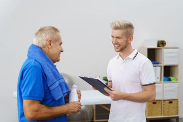physiotherapeut im gespräch mit einem senior