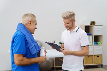 physiotherapeut und klient in einem beratungsgespräch