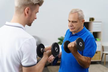 älterer mann trainiert mit einem therapeuten zusammen
