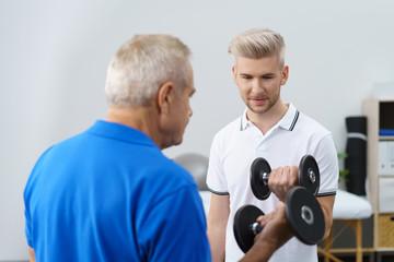 senior trainiert mit einem physiotherapeuten