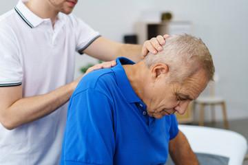 senior während einer behandlung beim physiotherapeut