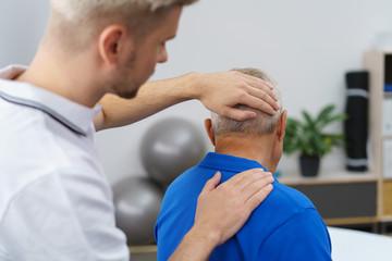älterer mann während einer untersuchung beim physiotherapeut