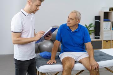 patient und physiotherapeut in einer besprechung in der praxis