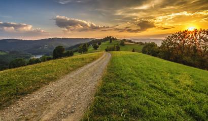 Zachód nad wzgórzami