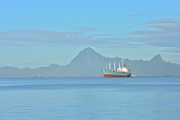 Photo sur Aluminium Cargo boat enter the port, Papeete, French Polynesia, morning