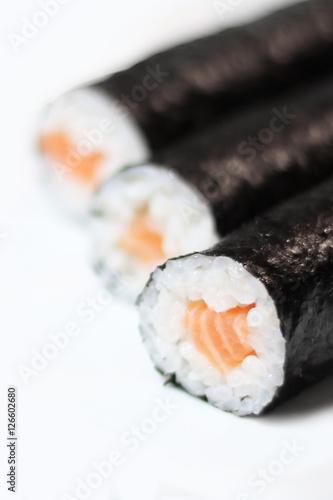 drei sushi rollen maki lachs hochkant stockfotos und lizenzfreie bilder auf bild. Black Bedroom Furniture Sets. Home Design Ideas
