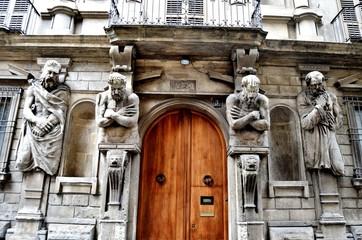 Kiliseyi bekleyen heykeller