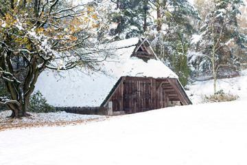 Schafstall im Schnee