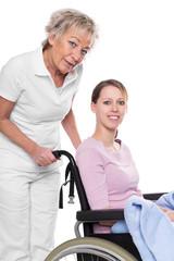 Gehbehinderte junge Frau und Krankenpflegerin, Studio freistelle