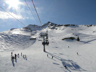 Ski lift and skiers