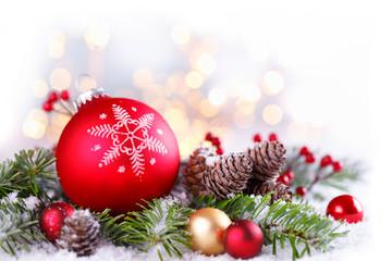 Weihnachtliche Dekoration mit Christbaumkugel