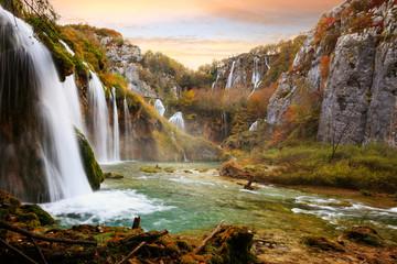 Fotobehang Blauwe hemel Beautiful waterfall at Plitvice National Park