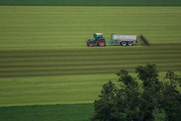 Bauer bringt Gülle aus