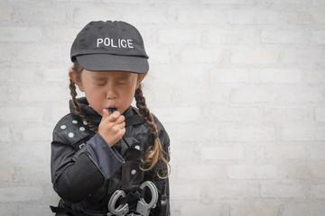 ホイッスルを吹く警察の衣装を着た女の子