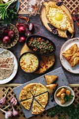 Грузинские пироги на столе с овощами