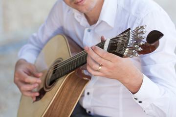 Tocando guitarra portuguesa