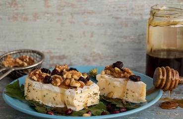 Camembert mit Walnüssen und Honig