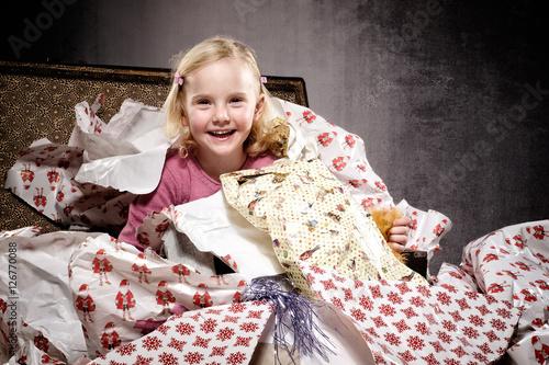 kleines m dchen mit weihnachtsgeschenk stockfotos und. Black Bedroom Furniture Sets. Home Design Ideas