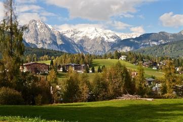 Gemeinde Seefeld im Tirol mit Wettersteingebirge im Hintergrund - Schneeberge, Österreich