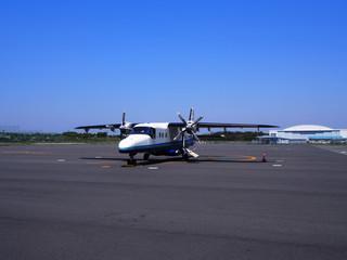 飛行場の小型旅客機(ドルニエ 228)