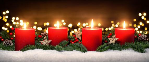 Fototapeta Advent Dekoration mit vier Kerzenflammen, Lichtern, Schnee, Tannenzweigen und Holz Hintergrund obraz
