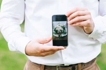 photo wedding bouquet on the phone