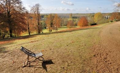 Une chaise longue dans la campagne de Monts en automne . Touraine