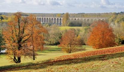 Jolie vue sur le viaduc de Monts en automne depuis les hauteurs du domaine de Candé. Indre-et-Loire