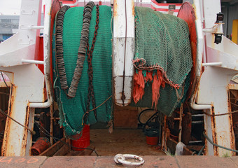 Filets de pêche (chaluts) sur un chalutier de fond au port
