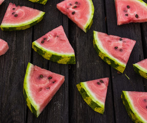 slices of watermelon on the table in a chaotic manner