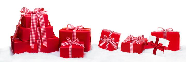 Rote Weihnachtsgeschenke vor weißem Hintergrund als Panorama