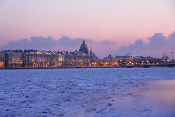 Зимний город /Вид на город в закате через замерзшую реку