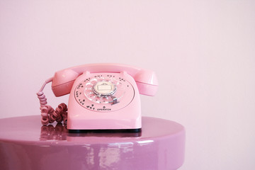 Altmodisches Rosa Telefon mit Wählscheibe - Pink Antique Telefone With Dial Plate