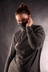 Frau zieht Rollkragen über das Gesicht