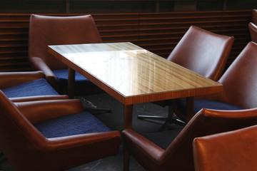 Ledersessel mit Tisch