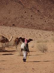 Bédouin de dos dans le désert