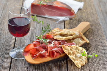 Südtiroler Speck mit frischem Meerrettich, Schüttelbrot und regionalem Rotwein - South Tyrolean bacon with fresh horseradish, crispy flatbread and local red wine