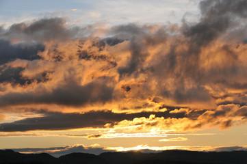 Abendrot mit Wolken und Sonne