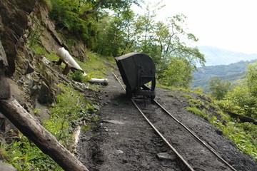Vagón volquete en una vía de transporte de carbón de una mina de montaña