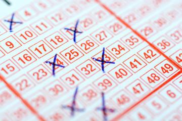 Ausgefüllter Lottoschein für mehr Reichtum und Wohlstand