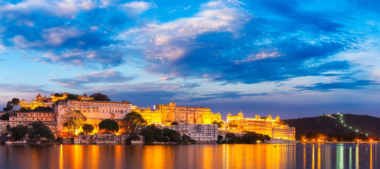 Fotomurales - Udaipur City Palace in the evening. Rajasthan, India
