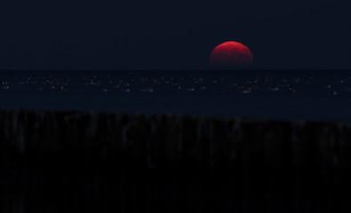 Mondaufgang über dem Haff in Ueckermünde