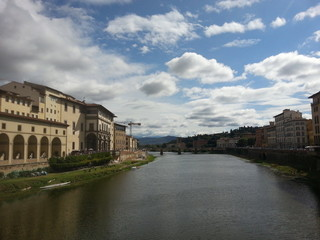 アルノ川と街並み/イタリアのフィレンツェを流れるアルノ川とその街並み