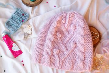 Пудровая розовая шапка