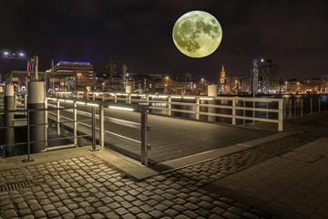 der Mond geht auf in Kiel