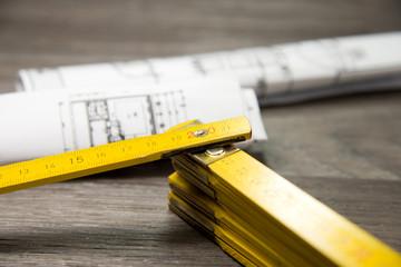 Zollstock und Baupläne
